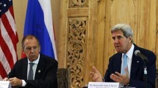 O chanceler russo, Serguei Lavrov (esq.), e o secretário de Estado dos EUA, John Kerry, concedem coletiva à margem da Apec
