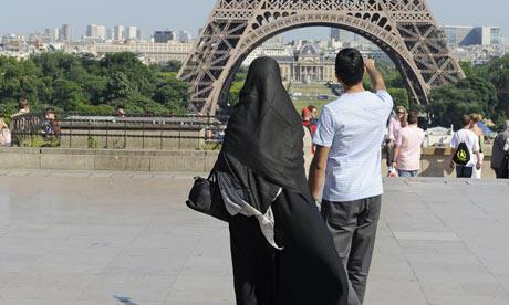 Женщина в парандже в Париже