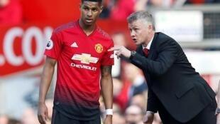 Kocin Manchester United manager Ole Gunnar Solskjaer yana magana da Marcus Rashford yayin wani wasa.