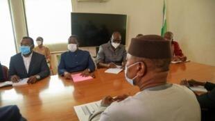 Mohamed Ibn Chambas, le représentant spécial des Nations unies pour l'Afrique de l'Ouest, est assis face aux opposants ivoiriens Pascal Affi N'Guessan et Henri Konan Bedié lors d'une réunion le 2 novembre à Abidjan (image d'illustration)