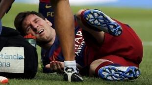 Craque argentino Lionel Messi se machuca em jogo contra Las Palmas