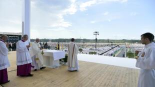 世界青年大會結束日教皇方濟各主持彌撒在祭壇上燒香2016年7月31日。