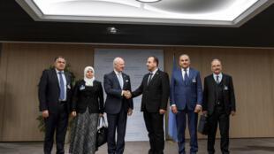 نصر حریری که هیئت نمایندگی مخالفان رژیم دمشق را سرپرستی میکند، مورد استقبال استفان دمیستورا قرار گرفت