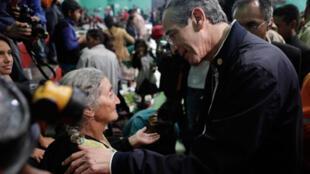 Le président du Guatemala Alvaro Colom parle aux évacués dans un abri de secours à San Vicente Pacaya,  le 28 mai 2010.