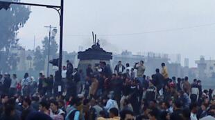 تظاهرات در شهر درعا- این عکس باتلفن همراه گرفته شده است