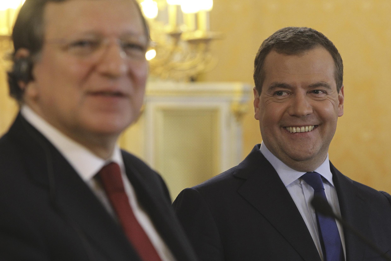 Dimitri Medvedev (d.) aux côtés de Jose Manuel Barroso, ce vendredi 22 mars à Moscou, lors d'une conférence de presse commune.