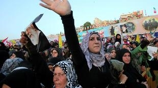 La foule salue l'arrivée de Mahmoud Ahmadinejad au meeting organisé par le Hezbollah à Bint Jbeil le 14 octobre 2010.