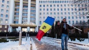 Протестующий перед зданием парламента Молдовы в Кишеневе (фото из архива)