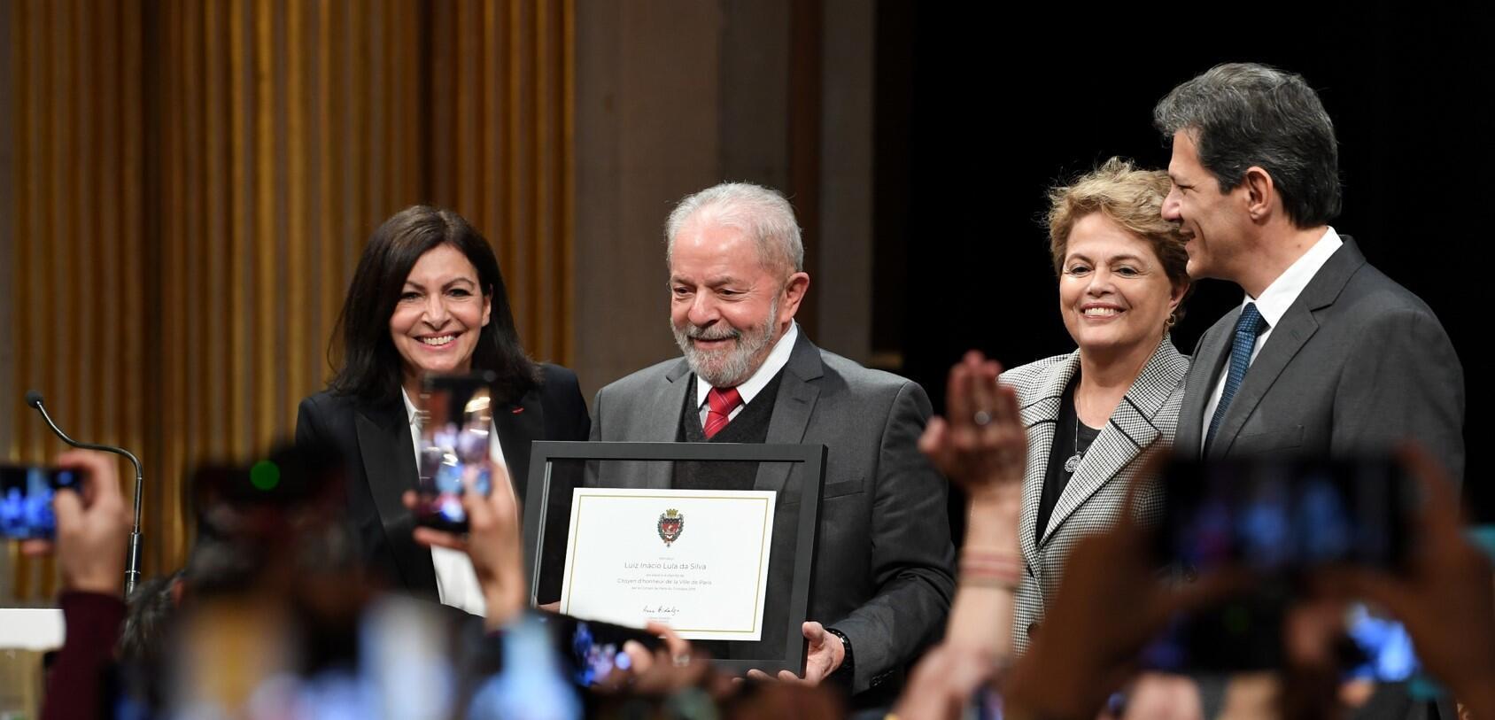 Lula ao lado de Anne Hidalgo (e), Dilma Rousseff et Fernando Haddad durante homenagem em Paris.