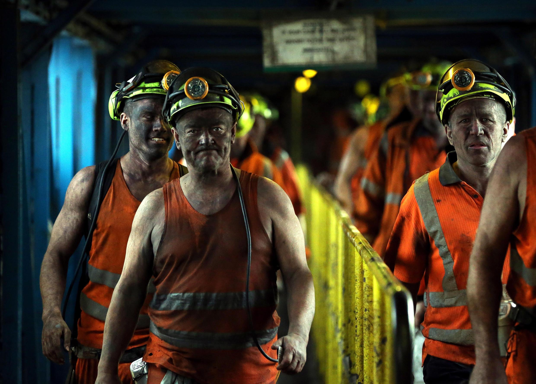 Les mineurs finissent le dernier quart de travail avant la fermeture à la Fosse Kellingley dans le Yorkshire, nord de l'Angleterre, le 18 Décembre 2015. La fermeture de la mine dans le Yorkshire clôt un chapitre de l'histoire