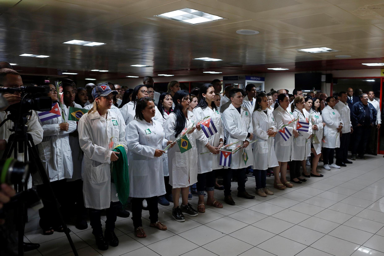 Médicos cubanos participam de uma cerimônia de boas-vindas no Aeroporto Internacional José Martí depois de chegar do Brasil, em Havana, Cuba, em 23 de novembro de 2018.