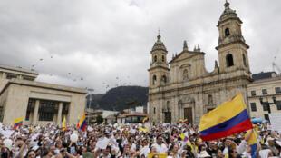 As pessoas participam de uma manifestação contra a violência, após uma explosão de uma bomba, em Bogotá, Colômbia, em 20 de janeiro de 2019.