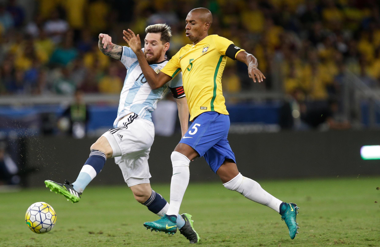 El argentino Messi y el brasileño Fernandinho durante el partido Argentina-Brasil en Belo Horizonte, el pasado 10 de noviembre de 2016.