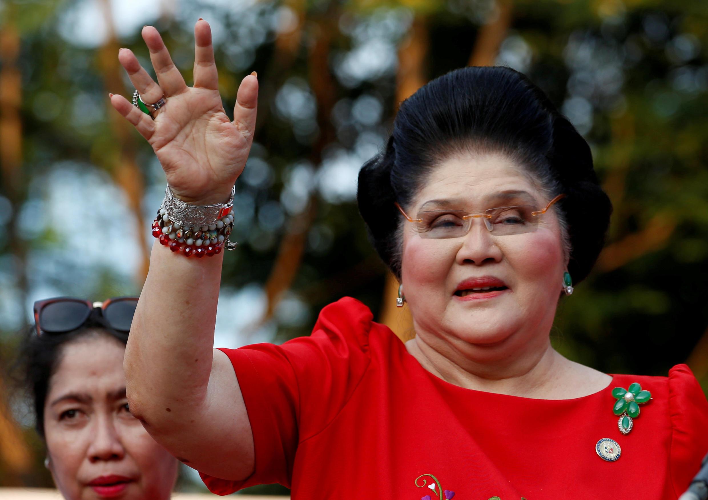 Cựu đệ nhất phu nhân Imelda Marcos chuyện trò với những người ủng hộ khi bà tuyên bố con trai bà, BongBong Marcos, ra ứng cử cho chức phó tổng thống. Ảnh chụp tại Manila, Philippines, ngày 10/10/2015.