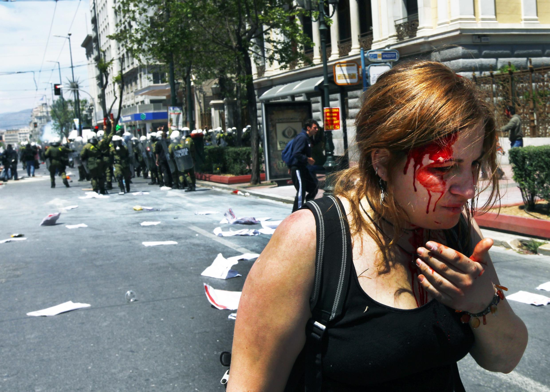 Участница манифестации в Афинах 11 мая, раненая полицией
