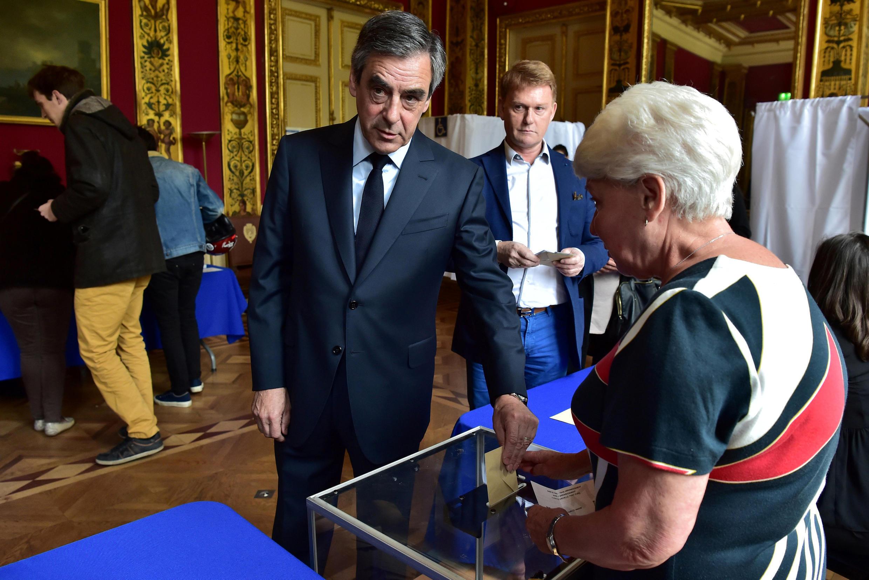 """فرانسوا فیون، نامزد حزب """"جمهوریخواه"""" در شهرداری محله هفتم پاریس رأی داد."""