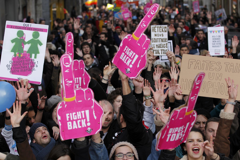 """Сторонники легализации однополых браков в Нанте с лозунгом """"Дадим отпор!"""" противникам """"брака для всех"""""""