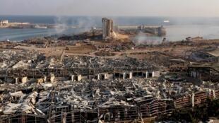 Vue aérienne du lieu où se sont produites deux énormes explosions mardi 4 août à Beyrouth, dans la zone du port de la capitale libanaise.