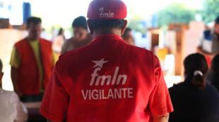 Un miembro del Frente de Liberación Nacional Farabundo Marti  (FMLN) observa el proceso electoral en un puesto de votación en San Salvador.