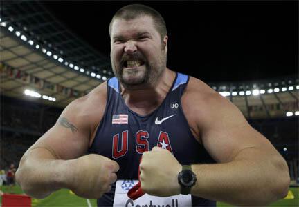 L'Américain Christian Cantwell, champion du monde du lancer du poids, montre les muscles... et les dents.