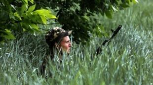 یک سرباز  اوکراینی در محلی که چند نفر از هم رزمانش کشته شدند، کشیک می دهد