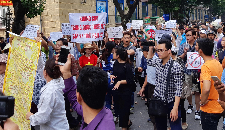 Biểu tình tại Việt Nam ngày 10/06/2018 với biểu ngữ chống dự luật về Đặc Khu.