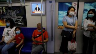 中国北京地铁中播放的李克强总理参加记者会画面