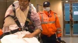 許智峯要求收回被指利益輸送的宣傳撥款而在爭執中受傷送院,2014年4月4日。