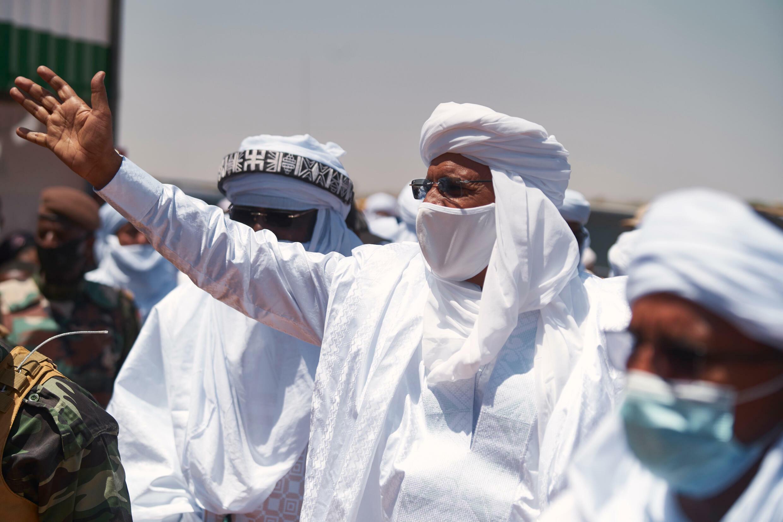 El presidente de Níger, Mohamed Bazoum (C), saluda al público al llegar a Ingall, el 18 de septiembre de 2021