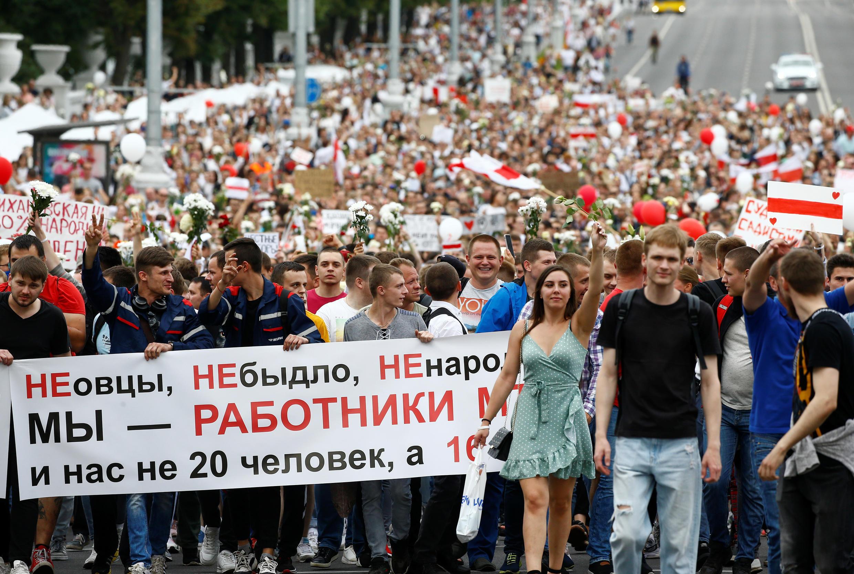 Сотрудники Минского тракторного завода идут колонной к Дому правительства. 14 августа 2020