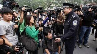 警察在刘晓波家门前阻拦记者采访刘霞(08/10/2010)