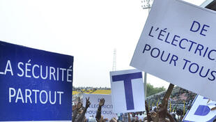 Les partisans demandent la «Sécurité pour tous» et «L'électricité pour tous » au cours d'un rassemblement à Porto Novo, le 7 Janvier 2016..