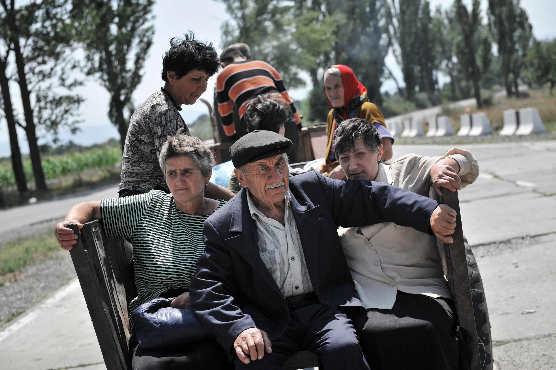 Грузины покидают свои села в Южной Осетии. 10 августа 2008 г.