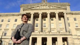 Foto de archivo: La recién electa primera ministra de Irlanda del Norte, Arlene Foster, que también es la líder del Partido Unionista Democrático, se enfrenta a los medios de comunicación fuera de los edificios del Parlamento, en Storming, Belfast, Irlanda del Norte, el lunes 11 de enero de 2016.