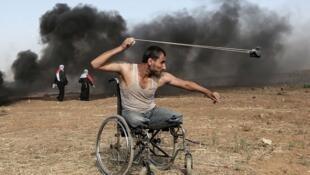 """محمود حمص برای عکسی که از """"صابر الاشقر*""""، جوان معلول فلسطینی در راهپیمایی بزرگ «حق بازگشت» گرفته بود، برنده جایزه اول ویژه خبرنگاران جنگ فستیوال عکس بایو - کالوادوس شد."""