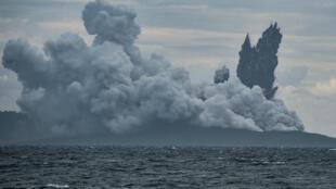Outro vulcão indonésio, o Anak Krakatoa, expele cinzas em 28 de dezembro de 2018.