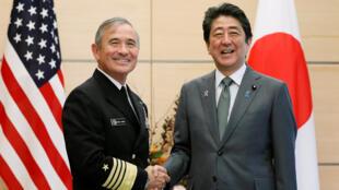 Primeiro-ministro japonês, Shinzo Abe, recebeu Harry Harris,comandante do Comando dos Estados Unidos no Pacífico, nesta quinta-feira (16).