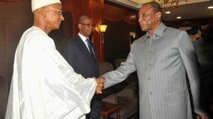 Le président de la République, Alpha Condé (à droite), et le chef de file de l'opposition, Cellou Dalein Diallo (à gauche) lors d'une rencontre à Conakry, le 1er septembre 2016.