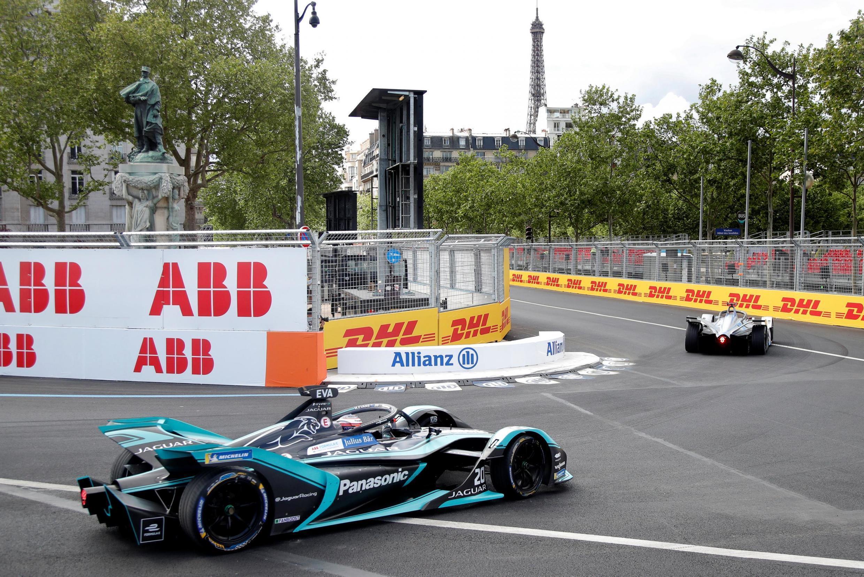O piloto australiano Mitch Evans testa seu carro nesta sexta-feira (26) no circuito parisiense da Fórmula E.