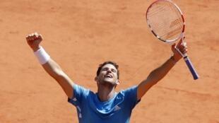 Dominic Thiem celebra su victoria ante Novak Djokovic en la seminal de Roland Garros, 8 de junio 2019.