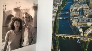 À la fin de l'exposition, Christo et Jeanne-Claude face à leur œuvre la plus célèbre, le Pont-Neuf emballé en 1985.