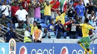 Le Sud-Africain Siyabonga Sangweni célèbre son but face à l'Angola, le 23 janvier 2013.