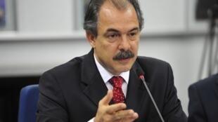 O ministro brasileiro da Educação, Aloizio Mercadante, está em Paris para a Conferência Geral da Unesco.