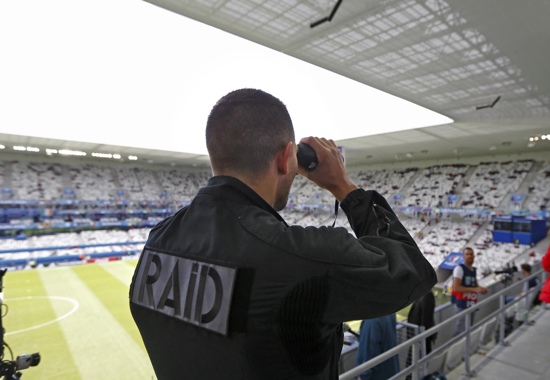 Cảnh sát đặc nhiệm kiểm tra an ninh trước trận đội tuyển Bỉ gặp Ireland tại Bordeaux ngày 18/06/2016.