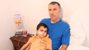 Bret King e o menino Ashya King, no vídeo em que explica porque retirou o  filho do hospital na Inglaterra.