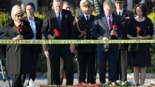 Le président turc Recep Tayyip Erdogan (2ème g.) et son homologue finlandais Sauli Niinistö ( 2ème d.), le 14 octobre sur les lieux de l'attentat, à Ankara, en Turquie.