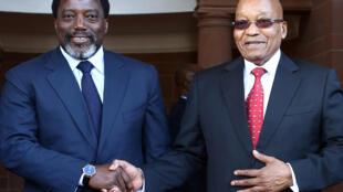 Rais wa DRC  Jospeh Kabila (Kushoto) akiwa na mwenyeji wake rais Jacob Zuma (Kulia) baada ya kumtembelea Juni 25 2017 jijini Pretoria