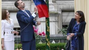 Los reyes Letizia y Felipe VI junto con la alcadesa Anne Hidalgo descubren una placa en memoria de La Nueve, este 3 de junio de 2015 en París.