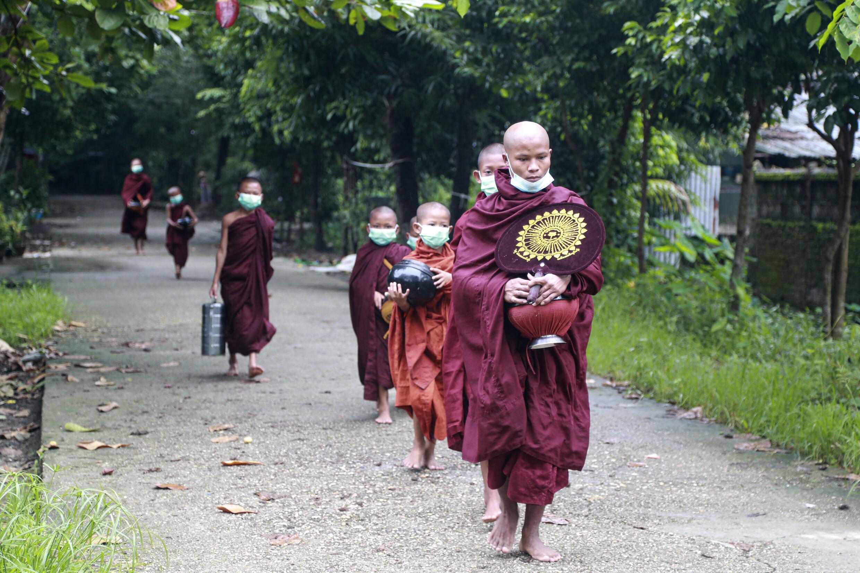 7月15日仰光街頭的佛教徒