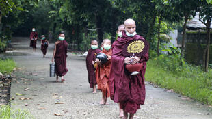 7月15日仰光街头的佛教徒